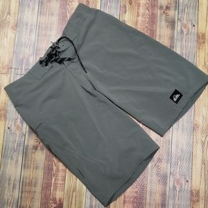 QUIKSILVER MENS POLY SHORTS SIZE 30W